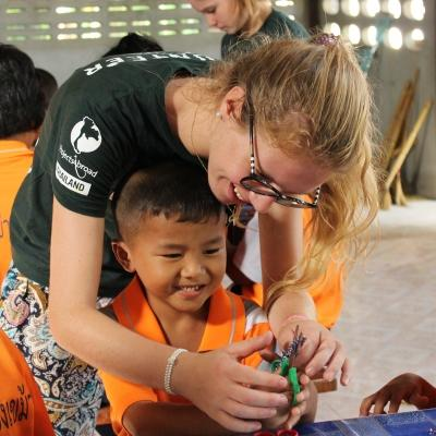 Voluntaria de Projects Abroad realizando labor social con niños.
